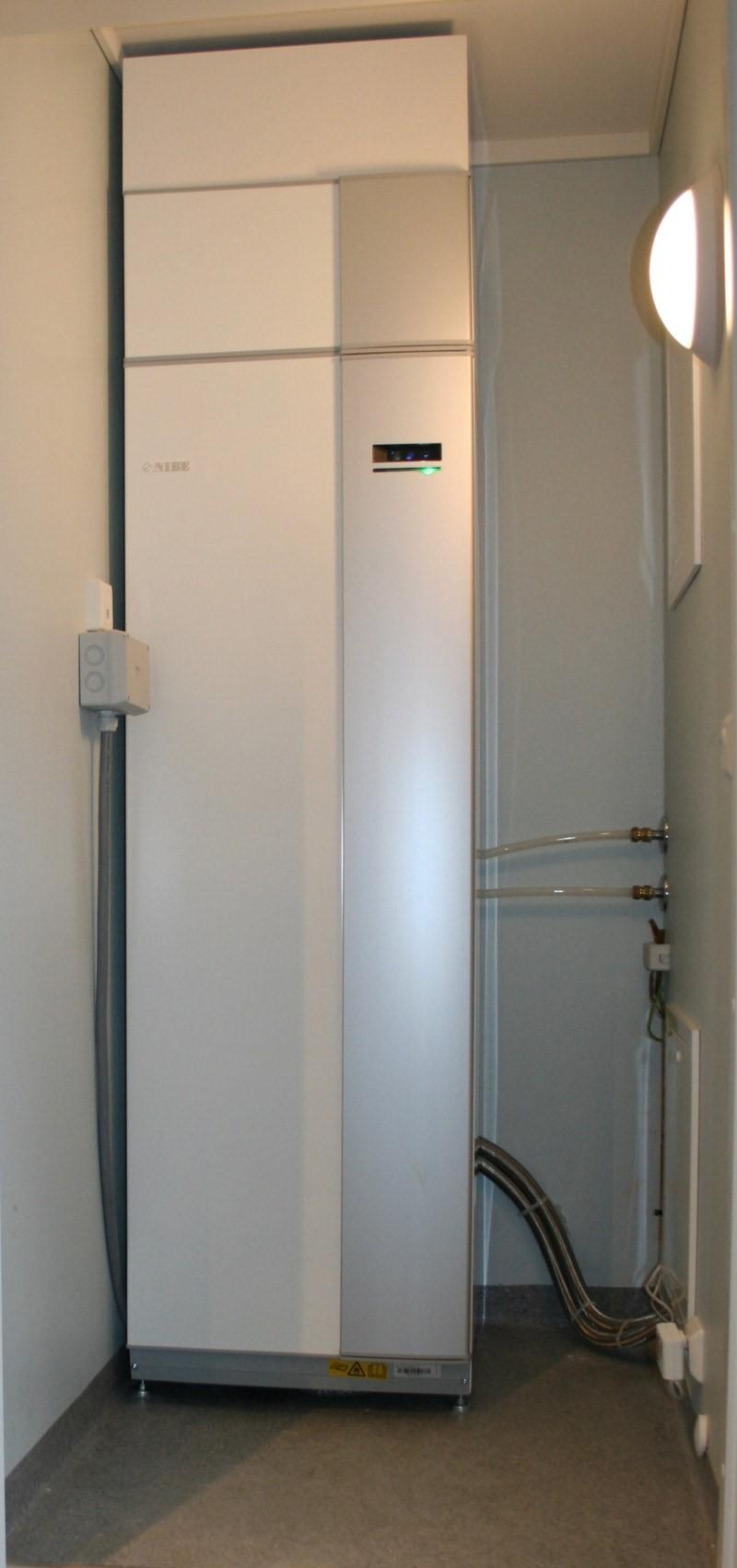 Kompakt løsning med 3-i-1: Varmer huset (gulvvarme eller radiatorer), tappevann og til-lufta i ventilasjonsanlegget.