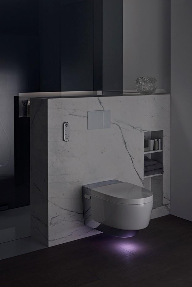 Geberits toppmodell i dusjtoalettsegmentet har en rekke smarte funksjoner. En av dem er orienteringslys som lyser opp i mørket.