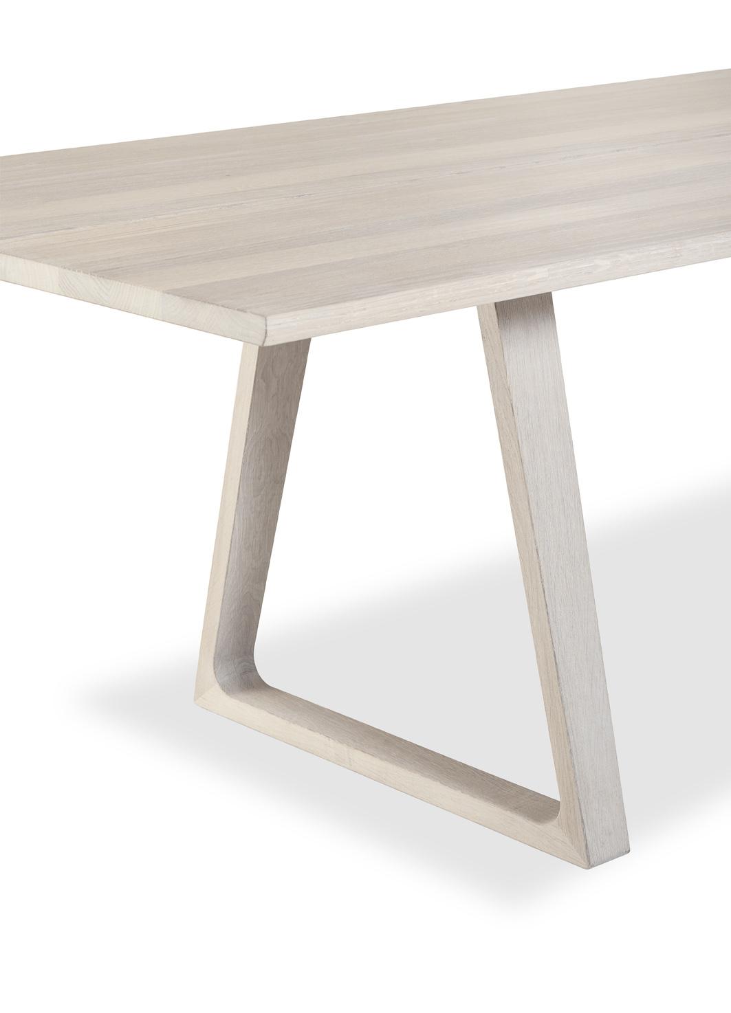 - Skovbys plankebord #106 består av to solide planker med plass til 8 – 10 personer, og plankene bæres av to trapesformede rammer som gir bordet et visuelt rolig, men også spenstig uttrykk, sier produsenten i en beskrivelse av bordet.