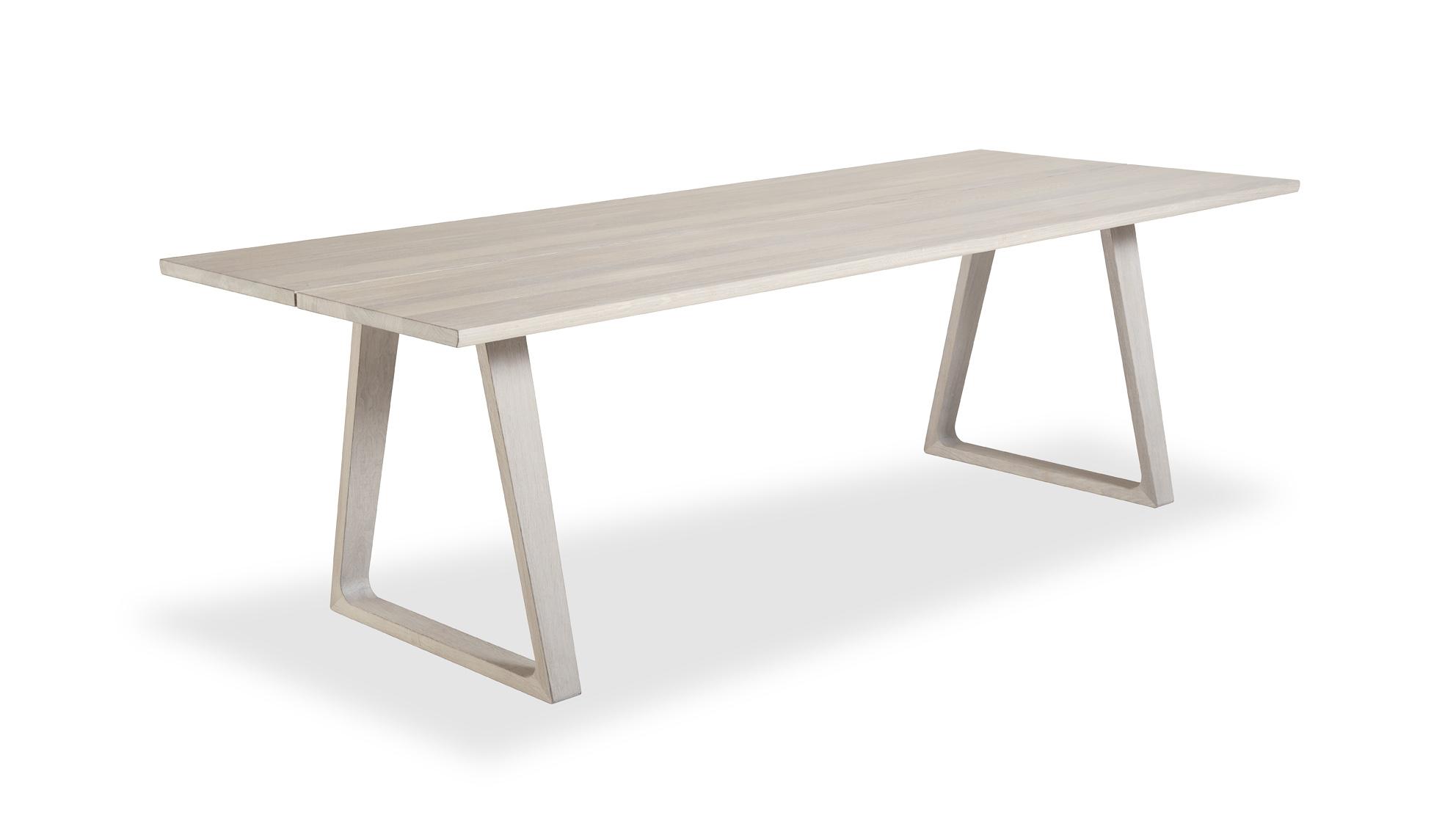 - På undersiden av bordplaten er det to fester til bena, slik at man kan velge hvor man vil plassere bordbena avhengig av om man vil ha tre eller fire stoler på langsiden, altså to eller tre stoler mellom bordbena, sier møbelforhandler Henning Krosby.