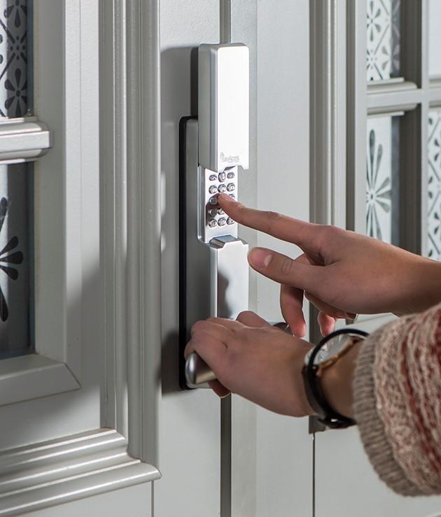 - En av fordelene med biometriske låser er at du slipper risikoen for å miste nøkkelen, sier Hans Helmenbakken, daglig leder i Easy Access AS. - Man låser opp med fingeravtrykk eller en kode.
