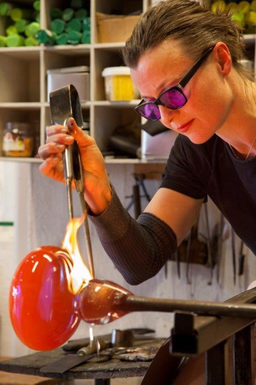 """Glassblåser Silja Skoglund har, foruten lampen """"Kos"""", mange populære serier av både vin- og vannglass, vaser, skåler og mugger."""