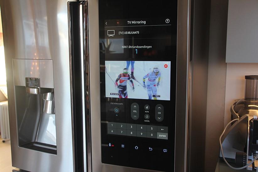 """Med """"TV Mirroring"""" sendes TV-bildet direkte fra en Samsung-TV til kjøleskapet."""